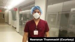 สิรภพ ไชยพันธุ์ ผู้ช่วยพยาบาลชาวไทย ขณะทำงานในแผนกผู้ป่วยโควิด-19 ในศูนย์การแพทย์ที่ มอนต์กอเมอรี (Montgomery) ในรัฐแมรีแลนด์