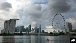 Gedung pencakar langit di kawasan Marina Bay, di Singapura, kawasan yang terkenal dengan hotel-hotel dan atraksi pariwisata di Singapura, 20 April 2016.
