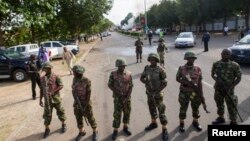 Binh sĩ Nigeria đứng canh trên một con đường dẫn đến khu thương mại ở Abuja