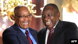Président Cyril Ramaphosa (D) ya Afrique du Sud apesi mbote na mokonzi akitanaki na ye Jacob Zuma na Cap, Afrique du Sud, 20 février 2018.