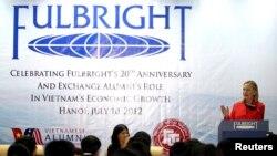 Sebuah pertemuan program Fulbright yang diselenggarakan Universitas Perdagangan Luar Negeri di Hanoi, Vietnam, 10 Juli 2012. (Foto: Reuters/arsip)