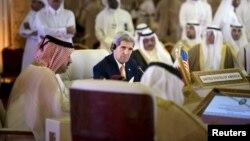 Američki državni sekretar Džon Keri sluša šefa diplomatije Omana, Jusufa bin Alavija tokom sastanka u Kataru, 3. avgust 2015.