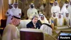 جان کری وزیر خارجه ایالات متحده در نشست وزیران خارجه شورای همکاری خلیج فارس در دوحه قطر - مرداد ۱۳۹۴