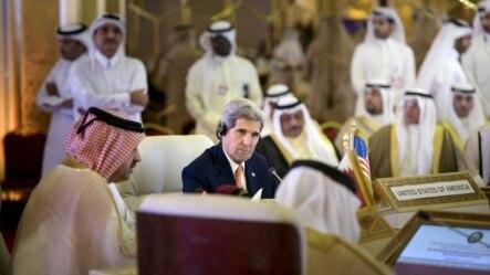 美国国务卿克里在多哈与海湾合作委员会的各国外长举行会谈。(2015年8月3日)