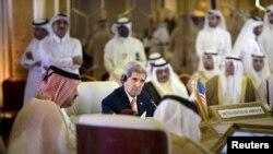 AQSh Davlat kotibi Jon Kerri Fors ko'rfazi hamkorlik kengashiga a'zo davlatlar vazirlari bilan uchrashuv oldidan Qatarda Ummon Tashqi ishlar vaziri Yusuf bin Alaviy bilan gaplashmoqda, Doha, 3-avgust, 2015-yil
