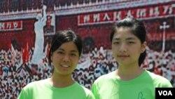 參加學生營的香港學生李同學(左)及許同學都認為,可以幫助她們體會89學運學生的情況(美國之音湯惠芸)
