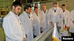 지난 2월 이란 테하란의 핵 발전소를 방문한 마흐무드 아흐마디네자드 이란 대통령.