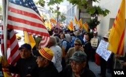 Đoàn người biểu tình trước Tổng lãnh sự quán Việt Nam ở San Francisco ngày thứ Sáu 8/6/2018. (Ảnh: Bùi Văn Phú)