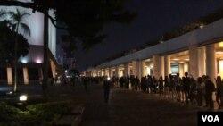 星期五晚間(2019年10月18日),香港所有十八區民眾全體動員,拉起面具人鏈抗議港府訂立禁蒙面法(美國之音 海彥)