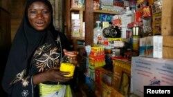 Une vendeuse des médicaments au marché de Korhogo, Côte d'Ivoire, 13 juillet 2007.