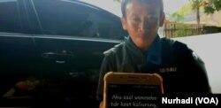 Untuk memudahkan berkomunikasi, Arif Suyanto memanfaatkan teks.(Foto:VOA/Nurhadi)