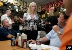 Stephanie Clifford, conocida en el cine adulto como Stormy Daniels, afirma que tuvo un encuentro sexual con Donald Trump hace varios años, que el ahora presidente niega que ha ocurrido.