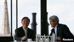美国国务卿克里和中国国务委员杨洁篪在克里于波士顿的住宅中一边喝茶一边交谈(2014年10月18日)