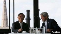케리 미 국무장관(오른쪽)과 양제츠 중국 외교담당 국무위원(왼쪽)이 18일 미국 보스톤에서 만나 환담하고 있다.