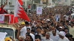 هزاران نفر ضمن راه پیمایی در یک روستای شیعه نشین بحرین در حال سر دادن شعار های ضد دولتی هستند. ۶ آوریل ۲۰۱۱