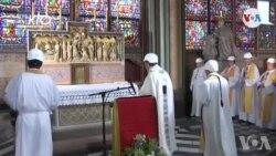 Yo Chante Premye Mès nan Katedral Pari a Apre Gwo Dife a