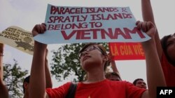 Biểu tình trước Ðại sứ quán Trung Quốc ở Hà Nội, ngày 12/6/2011