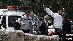 Warga Suriah, sambil membawa rekannya yang terluka, berlari melintasi perbatasan Libanon untuk menghindari kekerasan pasukan Suriah (14/5).