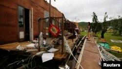 Sebuah rumah di kota Yeppoon di bagian timur laut Australia terlihat hancur pasca hantaman topan Marcia (20/2).