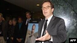 Директор Голосу Америки Девід Енсор зі словом про покійного Мукаррама Атіфа ( на плакаті в центрі ), журналіста Голосу Америки вбитого у Пакистані.