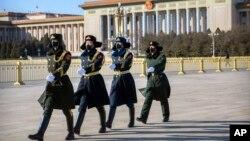 几名戴着口罩的中国武警士兵在北京天安门广场列队行走。(2020年2月4日)