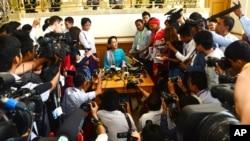 18일 미얀마 의회에서 야당 지도자인 아웅산 수치 여사가 기자회견을 하고 있다.
