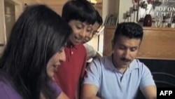 拉美裔美国人家庭填写人口统计表