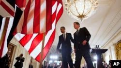 ປະທານາທິບໍດີ Barack Obma ແລະນາຍົກລັດຖມົນຕີ David Cameron ກໍາລັງຢ່າງອອກຈາກເວທີ ຫລັງຈາກຖະແຫຼງຂ່າວຮ່ວມກັນ, ວັນທີ 13 ພຶດສະພາ 2013.