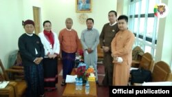 ရွမ္းတိုင္းရင္းသားမ်ား ဒီမိုကေရစီအဖြဲ႕ခ်ဳပ္ (SNLD) ကိုယ္စားလွယ္အဖဲြ႔နဲ႔ အမ်ိဳးသားဒီမိုကေရစီအဖြဲ႕ခ်ဳပ္ (NLD) ကိုယ္စားလွယ္အဖဲြ႔တို႔ ေတာင္ၾကီးၿမိဳ႕ NLDရံုးမွာ ေတြ႔ဆံုေဆြးေႏြးခဲ့တဲ့ ျမင္ကြင္း။ (ဓာတ္ပံု - Shan Nationalities League for Democracy - ဇန္နဝါရီ ၁