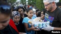 Des migrants syriens font la queue pour obtenir de la nourriture d'une ONG locale sur le côté d'une route près d'Edirne en Turquie, le 17 septembre 2015.