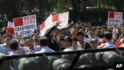 Ribuan demonstran Tiongkok melampiaskan kemarahan di depan Kedutaan Besar Jepang di Beijing hari Minggu (16/9).