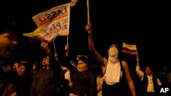 Los partidarios del candidato presidencial Guillermo Lasso protestan, rechazando los resultados de las elecciones del domingo, en Quito, Ecuador, el miércoles 5 de abril de 2017. Lasso dice que su campaña detectó irregularidades en casi 2.000 mesas de votación en las que su oponente ganó el desempate presidencial.