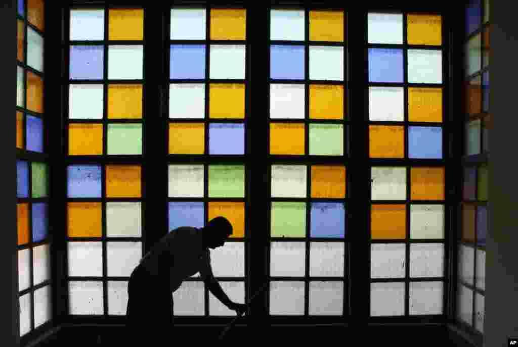 이라크 바그다드 소재의 한 오래된 주택 건물에서 창문을 청소하는 칼릴 주지사