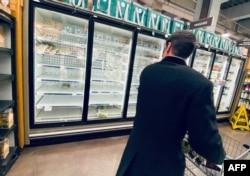 11일 미국 워싱턴의 한 식료품점. 신종 코로나바이러스 사태가 장기화될 것을 우려한 주민들이 냉동식품을 사가서 냉동고가 거의 비어있다.