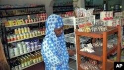 一位布隆迪妇女在食品店购物