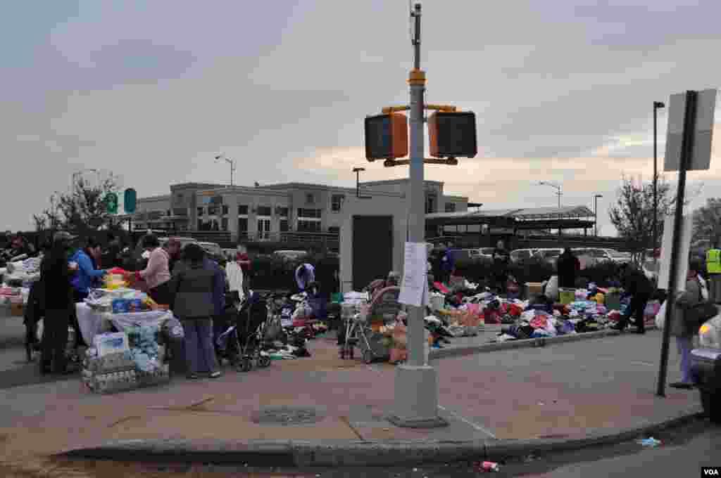 Это не толкучка. Это жители окрестных районов снесли сюда свои ненужные вещи для тех, кто особенно пострадал. Вещи раздают бесплатно