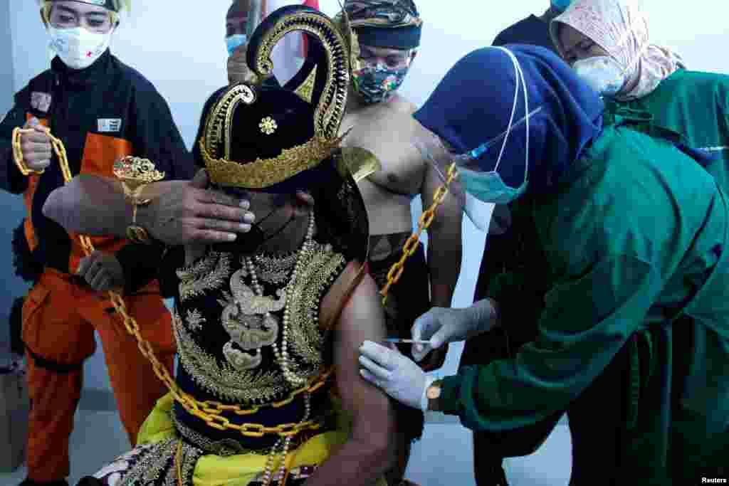 برای تطبیق واکسین کووید۱۹ به این مرد اندونیزیایی به بیش از یک نفر ضرورت بود.