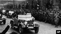 Hitler arrive à Vienne en 1938.