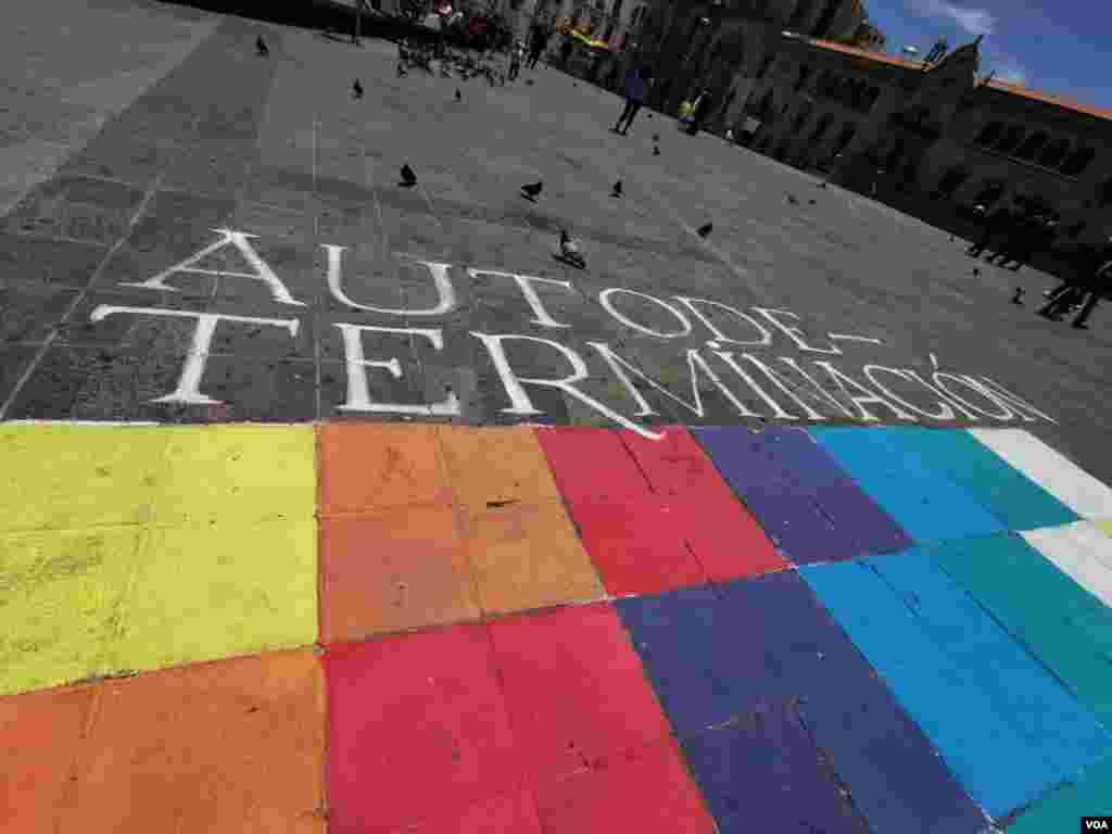 Los mensajes escritos al rededor de la whipala pintada en la plaza San Francisco, hacen llamados a la paz, la unidad y la igualdad de los derechos de las personas.