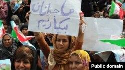یک دختر هرمزگانی در جریان یکی از سخنرانیهای محمود احمدینژاد در بندرعباس این پلاکارد را بالا برده است