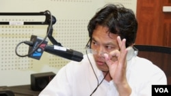"""Sok Touch, dean of Khemarak University and a political analyst (left) and Um Sam An, a Lawmaker from the opposition CNRP Party (not shown here) discuss the topic """"What Would Cambodia-Vietnam Border Solution Need?"""" during VOA Khmer's special Hello VOA radio call-in show, Friday, August 7, 2018. (Lim Sothy/VOA Khmer)"""