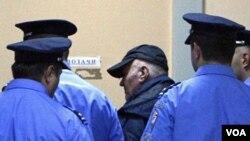 Jeneral Ratko Mladic ki rive nan yon tribinal nan Belgrade,