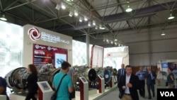2014年莫斯科武器展上的俄羅斯各種型號航空引擎。(美國之音白樺拍攝)