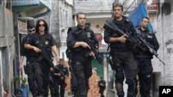 Polícia de élite brasileira patrulha as ruas da Favela Rocinha, no Rio de Janeiro (Nov.13, 2011)