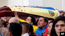 Venezolanos cargan el ataúd del asesinado diputado oficialista Robert Serra.