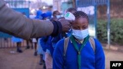 4 Ocak 2021 - Kenya'da okula dönen öğrencilerin, Corona virüsü pandemisine karşı alınan önlemler kapsamında ateşleri günlük olarak ölçülüyor