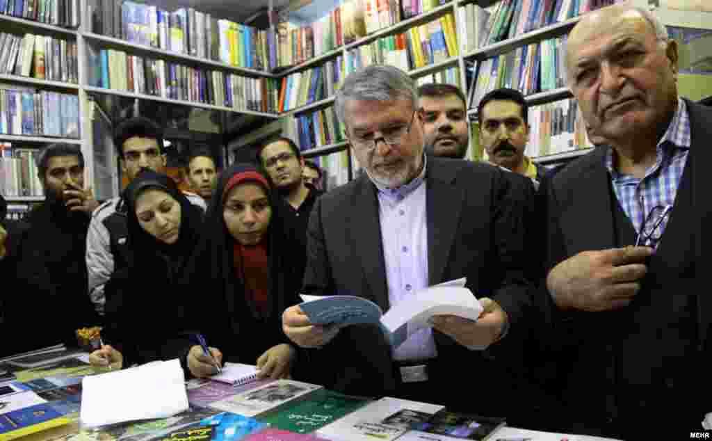 سیدرضا صالحی امیری، وزیر فرهنگ و ارشاد اسلامی در روز کتابگردی از کتابفروشیهای خیابان انقلاب بازدید می کند- پنجشنبه