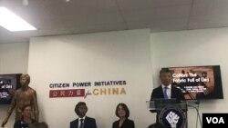 """人权组织""""公民力量""""副主席、报告主要作者韩连潮(右一)在报告发布会上讲话。"""