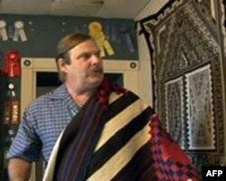 马克温特展示他收藏的纳瓦霍羊毛毯