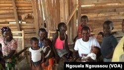Une familles de réfugiés centrafricains dépendants de l'aide humanitaire à Bétou, au Congo-Brazzaville. (VOA/Ngouela Ngoussou)